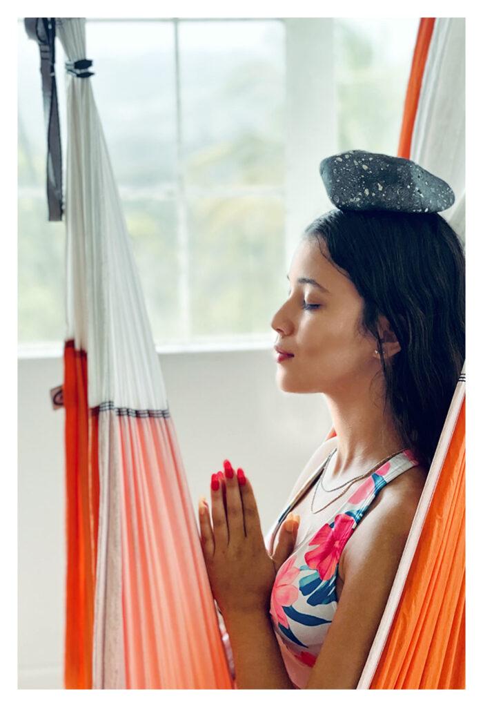 La imagen tiene un atributo ALT vacío; su nombre de archivo es meditacion-en-puerto-rico-yoga-en-puerto-rico-aeroyoga-yoga-aéreo-yoga-aérea-trapeze-columpio-yoga-swing-mmmeeedddttt-genesis-litoterapia-piedras-2-peque-700x1024.jpg