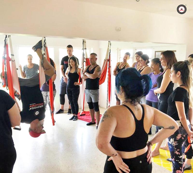 La imagen tiene un atributo ALT vacío; su nombre de archivo es yoga-aéreo-qué-es-aeroyoga-beneficios-retiro-yoga-retreat-puerto-rico-cursos-clases-casa-ceiba-dic-2019-perfil-grupo-mini-retiro-peque.jpg